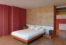 Camera da letto in stile in stile Rustico di Pinturas oliváN