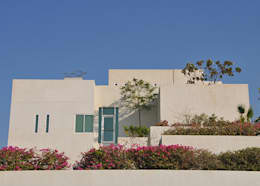 BEACH VILLA BAHRAIN: Casa in stile  di Lo Studio snc