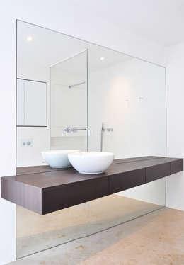 Haus B - Regensburg: minimalistische Badezimmer von brandl architekten . bda