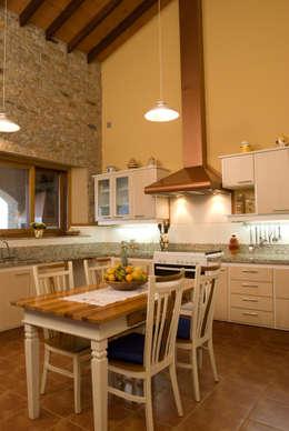 Serra Negra: Cozinhas campestres por Tikkanen arquitetura