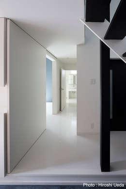 1階廊下: 石川淳建築設計事務所が手掛けた廊下 & 玄関です。