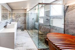 Baños de estilo moderno por Tikkanen arquitetura