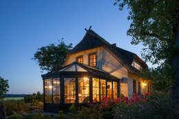 Romantischer Wintergarten bei Nacht mit Beleuchtung: landhausstil Wintergarten von Masson-Wawer Wintergarten GmbH