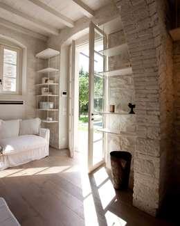 Salas / recibidores de estilo  por Architetto Silvia Giacobazzi