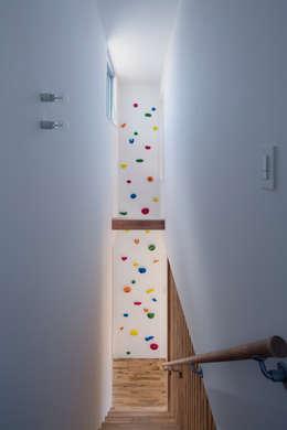 クライミングウォールのある家: C lab.タカセモトヒデ建築設計が手掛けた廊下 & 玄関です。