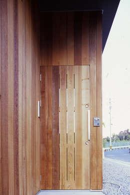 玄関ドア詳細: 240design・西尾通哲建築研究室が手掛けた窓です。