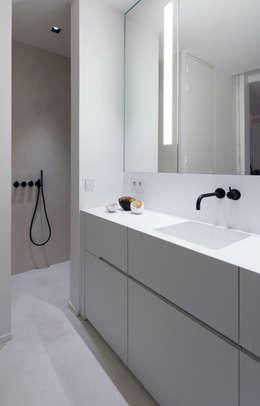 Habitation Privée Vieux-Lille: Salle de bains de style  par mayelle architecture intérieur design