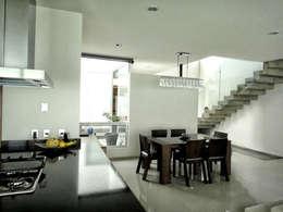 Casa Zaragoza: Comedores de estilo moderno por Abraham Cota Paredes Arquitecto