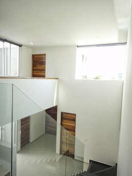 Corridor & hallway by Abraham Cota Paredes Arquitecto