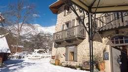 La façade en hiver:  de style  par Les Means