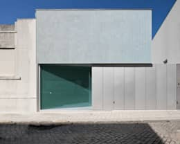 Case in stile in stile Moderno di CORREIA/RAGAZZI ARQUITECTOS
