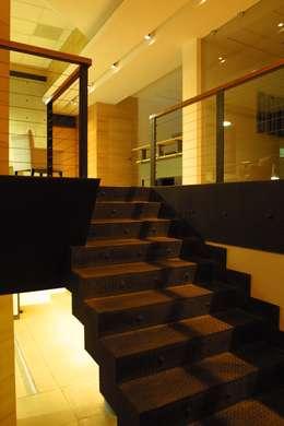 COIMMSA/Escaleras: Vestíbulos, pasillos y escaleras de estilo  por URBN