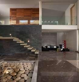 estilo moderno escalera con barandal de vidrio