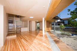 Salon de style de style eclectique par 松下建築設計 一級建築士事務所/Matsushita Architects