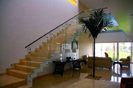 Casa Mazatlán: Pasillos y recibidores de estilo  por 360arquitectura
