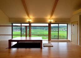 Salones de estilo moderno de 宮崎環境建築設計