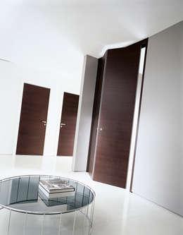 Puertas y ventanas de estilo moderno por MOVI ITALIA SRL