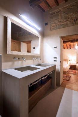 bagni in resina in una casa colonica