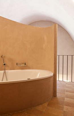 UN CELLAIO A POSILLIPO: Bagno in stile in stile Mediterraneo di Lo studio di Giuliana Morelli