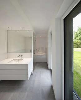 Haus SLM: moderne Badezimmer von archequipe