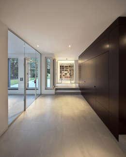 Haus SLM:  Flur & Diele von archequipe