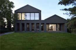 Haus SLM: moderne Häuser von archequipe