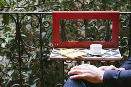 Balcones, porches y terrazas de estilo moderno por NIMIO · muebles que buscan personas