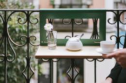 NIMIO · muebles que buscan personas: modern tarz Balkon, Veranda & Teras