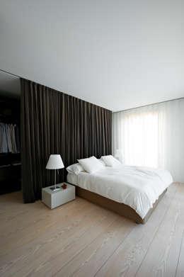 Camera da letto in stile in stile Minimalista di Vaíllo & Irigaray