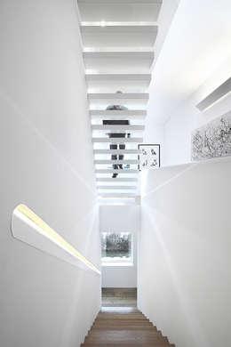moderner Flur, Diele & Treppenhaus von Barbosa & Guimarães, Lda.
