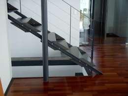 Vestíbulos, pasillos y escaleras de estilo  por Planungsbüro G A G R O