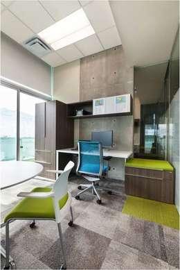 Oficina con acentos de color: Estudio de estilo  por Ofis Design