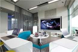 Salas interactvas: Salas multimedia de estilo moderno por Ofis Design