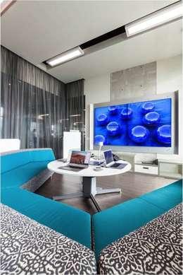 Salas interactivas: Salas multimedia de estilo moderno por Ofis Design