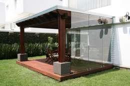 Capitel Arquitectura: modern tarz Balkon, Veranda & Teras