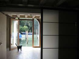 piano terra - porta d'acqua: Case in stile in stile Moderno di nicola feriotti studio