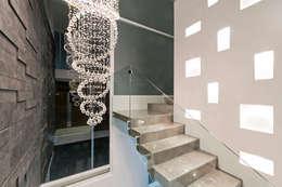 Pasillos, vestíbulos y escaleras de estilo moderno por NonWarp