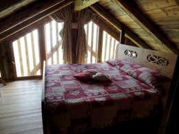 RISTRUTTURAZIONE EDIFICIO RURALE: Camera da letto in stile in stile Rustico di zanella architettura