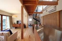 キッチンから玄関を見る: 伊藤瑞貴建築設計事務所が手掛けたリビングです。