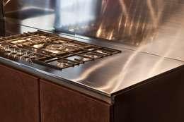 CUCINA BROWN STEEL: Cucina in stile in stile Minimalista di SteellArt