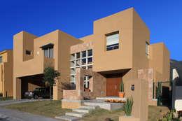 Casas de estilo moderno por Arq. Bernardo Hinojosa