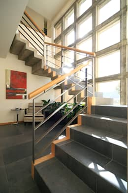 Casa Caritas No.58: Pasillos y recibidores de estilo  por Arq. Bernardo Hinojosa