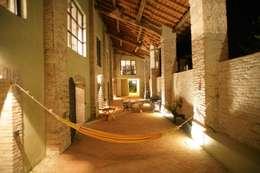Casas de estilo moderno por ariano architettura