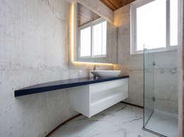 Casa HLM: Banheiros modernos por Boa Arquitetura