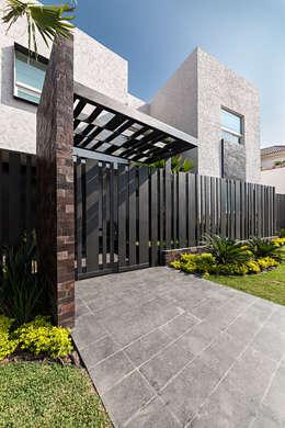 Projekty, nowoczesne Domy zaprojektowane przez Arq. Bernardo Hinojosa