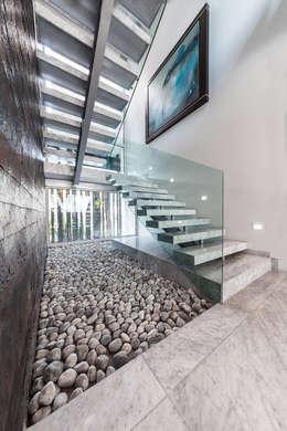 modern Corridor, hallway & stairs by Arq. Bernardo Hinojosa