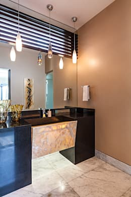 Baños de estilo moderno por Arq. Bernardo Hinojosa