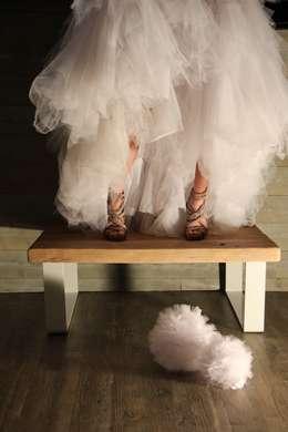 Table basse en bois avec piètement blanc: Salon de style de style Moderne par Du Côté de l'Atelier