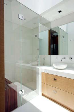 Casa V: Baños de estilo  por Serrano Monjaraz Arquitectos