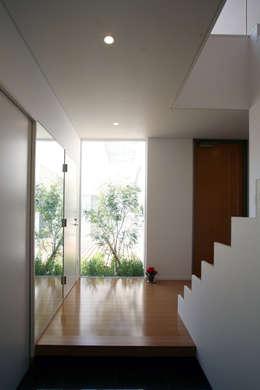 Pasillos, vestíbulos y escaleras de estilo  por 株式会社 U建築研究所
